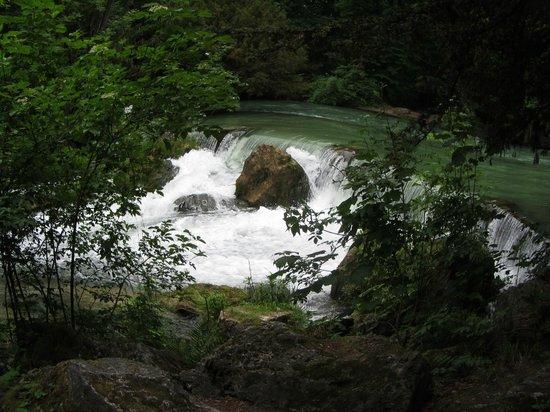 Jardín inglés: Wasserfall im Englischen Garten
