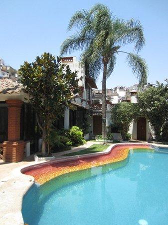 Villa de las Sonrisas B&B: Patio and pool