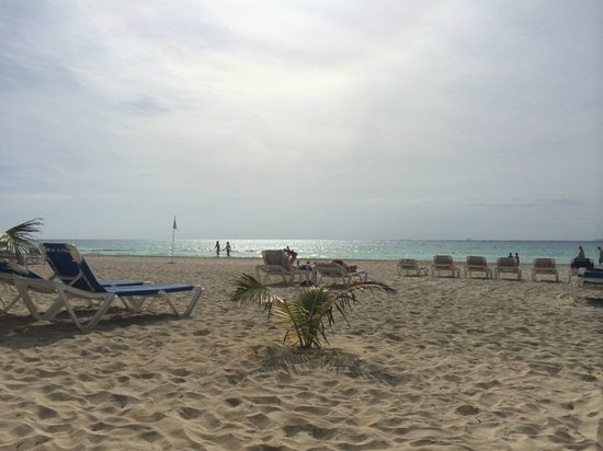 Hotel Riu Palace Riviera Maya: White, powdery sand and blue water