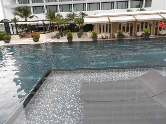 Mandarin Oriental, Singapore: Shallow pool overflow into deeper end. Note chairs in the shalow end.
