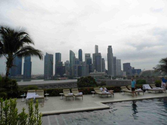 Mandarin Oriental, Singapore: Skyline view from poolside