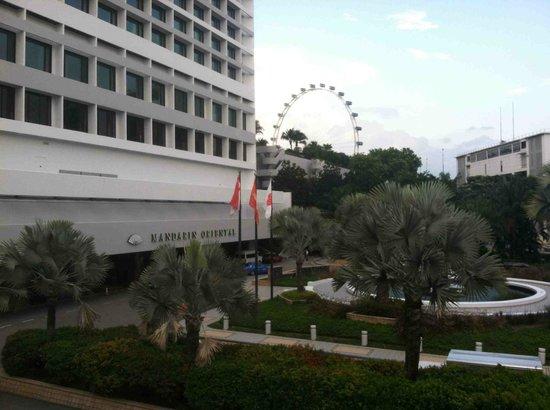 Mandarin Oriental, Singapore: Front entrance to hotel