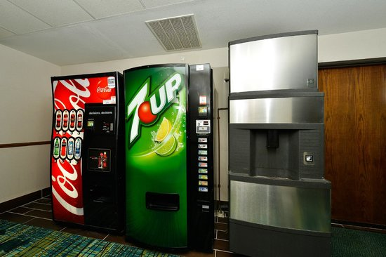 Quality Inn & Suites of Stoughton: Vending and Ice Machine