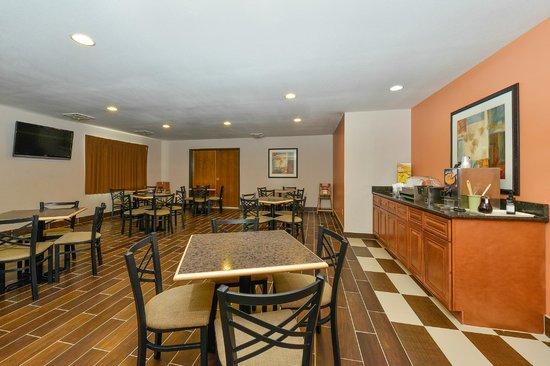 Quality Inn & Suites of Stoughton: Breakfast Area