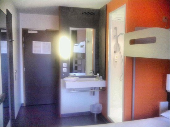 Ibis Budget Aeroport Lyon Saint Exupery: room overall view