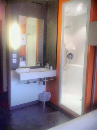 Ibis Budget Aeroport Lyon Saint Exupery : in room bath facilities