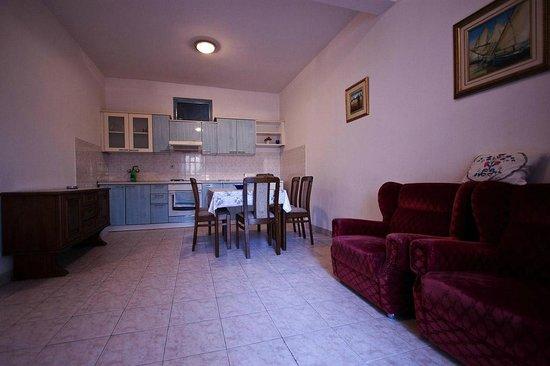 Apartments Bakoc : kitchen