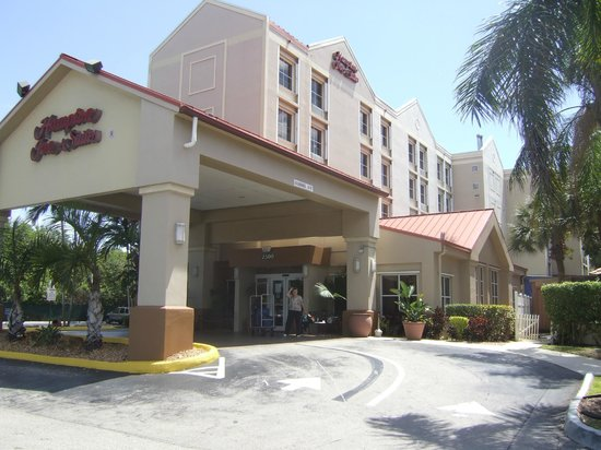 Hampton Inn & Suites Ft. Lauderdale Airport/South Cruise Port : Front of Hampton Inn & Suites