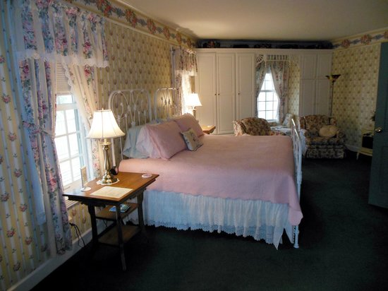 Hexagon House Bed and Breakfast: Hexagon House B&B Cottage Rose Suite Bedroom