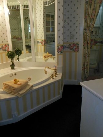 Hexagon House Bed and Breakfast : Cottage Rose Suite Bathroom