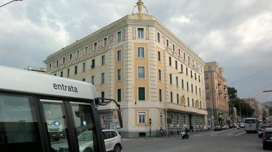 Palazzo d'epoca sulla strada principale sopra Boccadasse. Zona ben servita dai mezzi pubblici.
