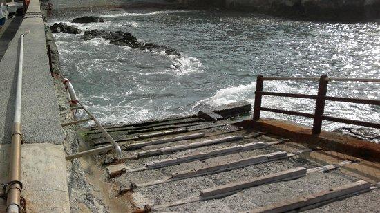 Boccadasse : rampa di alaggio e cala per le barche dei pescatori.