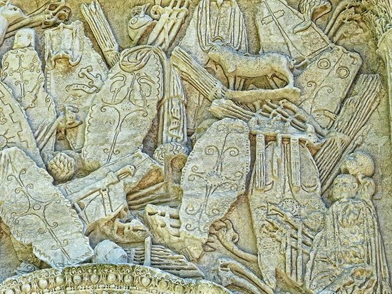 Arc de triomphe : Closeup of relief depicting Roman shields on the imperial arch in Orange, France