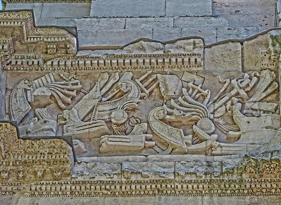 Arc de triomphe : Closeup of a frieze depicting Roman warships on the imperial arch in Orange, France