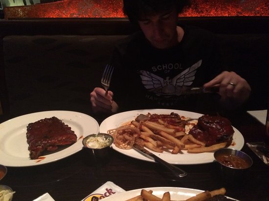 Hard Rock Cafe: BBQ trio, ribs pulled pork and brisket