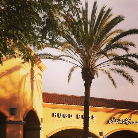 Camarillo Premium Outlets: Late evening is less criwded