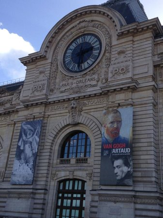 Musée d'Orsay : Right hand-side facade with temporary exhibition poster
