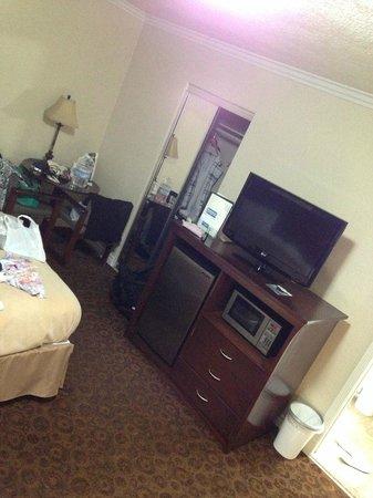 Rodeway Inn & Suites Pacific Coast Highway: Armário, mesa, TV a cabo, frigobar e microondas