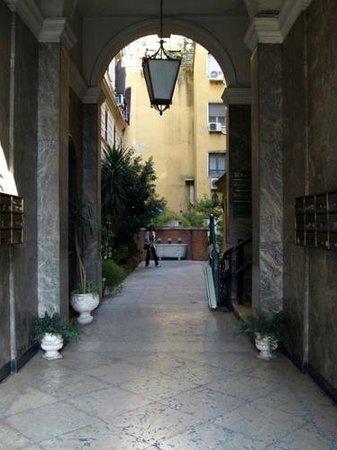 Seven Kings Relais: Behind the BIG door - the courtyard