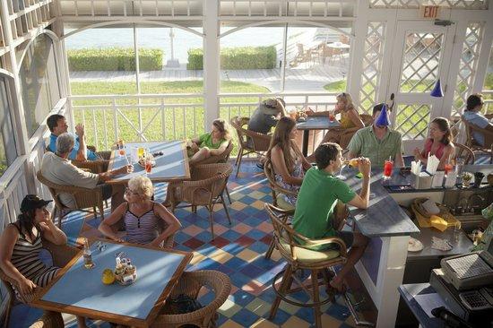 Cape Santa Maria Beach Resort & Villas: Happy Hour in the Bar
