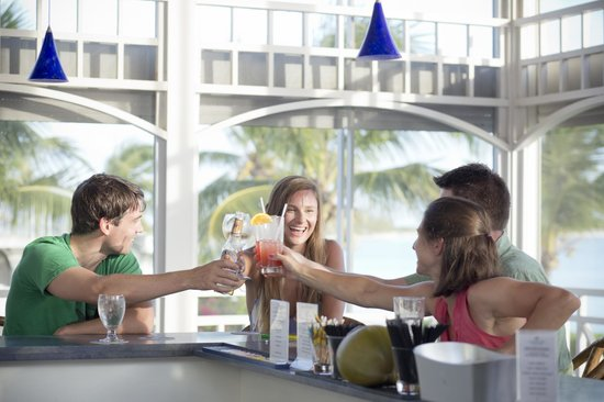 Cape Santa Maria Beach Resort & Villas: Guests mingling during happy hour