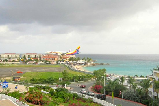 Royal Islander Club La Terrasse Resort: We loved watching the airplanes land!