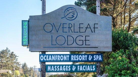 Overleaf Lodge & Spa: Entrance sign off Highway 101