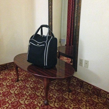 Comfort Suites Milledgeville: auxiliary table and mirror