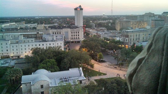 The Emily Morgan Hotel : View of the roof of the Alamo from our Room on 12th Floor