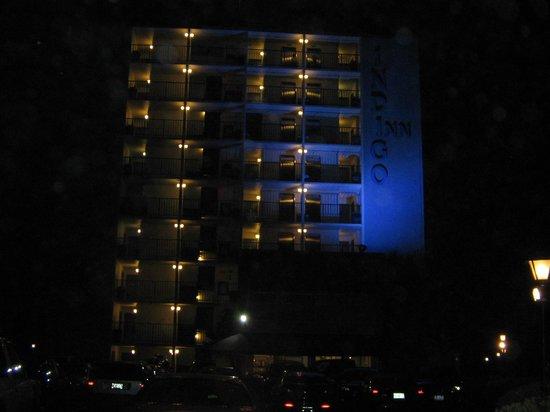 Indigo Inn: Front of hotel at night