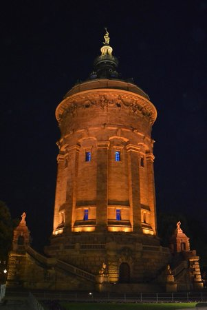 Rosengarten Mannheim: Garden at night