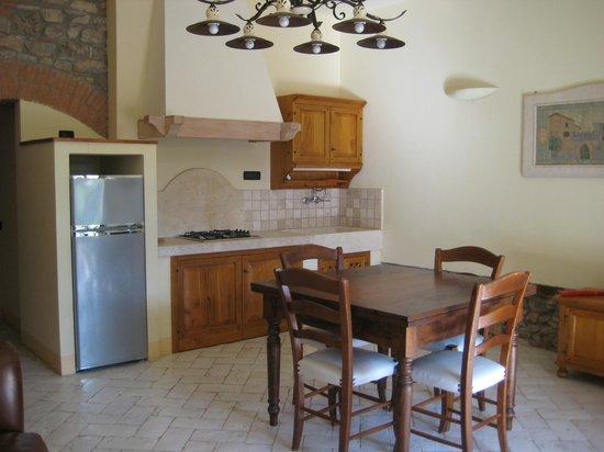 Gualdo del Re: Kitchen and dining area