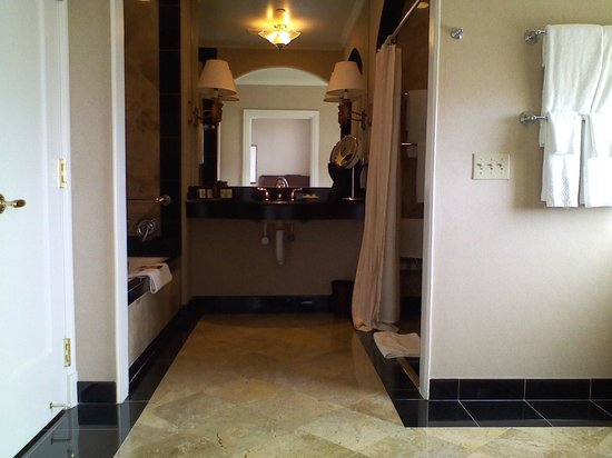 InterContinental Mark Hopkins San Francisco: Back half of the huge bathroom