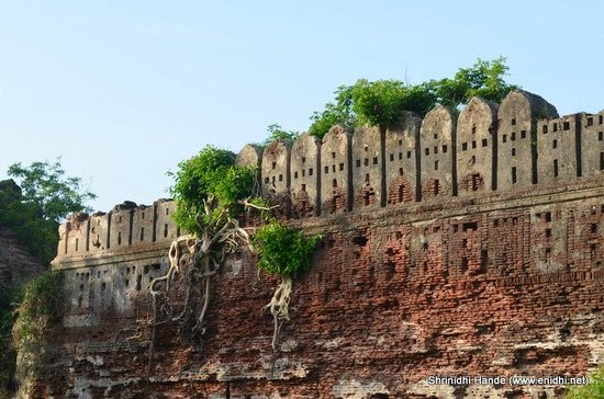 Kanchipuram, India: Alamparai fort wall