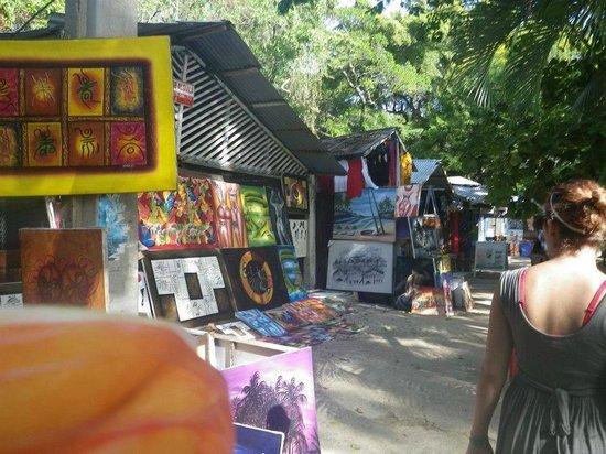 Casa Marina Beach & Reef: shops along the public beach