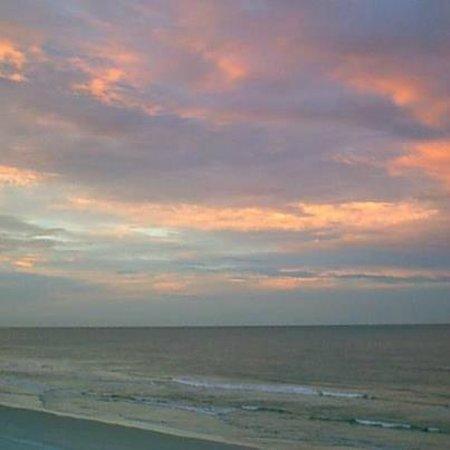 Days Inn Daytona Oceanfront : Beautiful Sunrise from the Pool Deck
