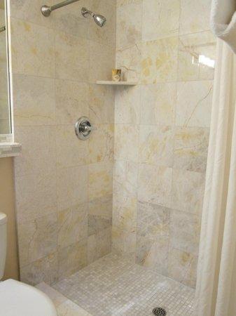 Vendange Carmel Inn & Suites: Modern bathroom