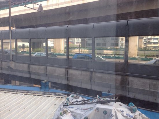 Holiday Inn Express Hangzhou Grand Canal : View from my room, I could see the drivers faces staring back at me.