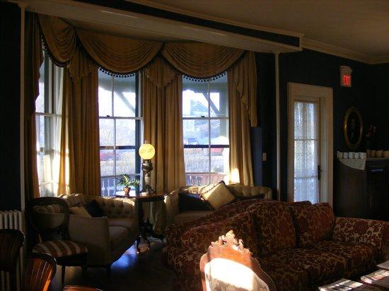 Cliffside Inn: Living Room