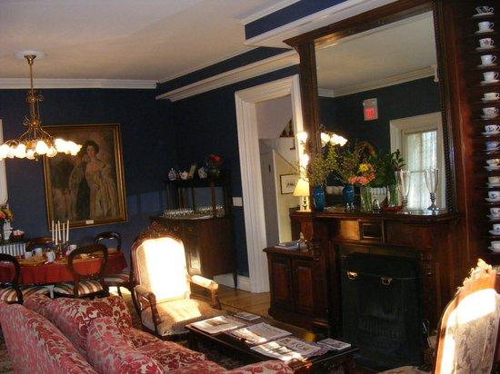Cliffside Inn: Main dining/living room