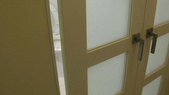 Hilton Fort Lauderdale Marina : bath door gap 3