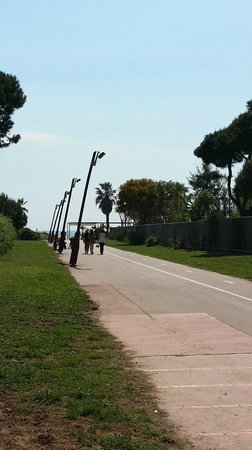 AC Hotel Gava Mar: Road leads to the beach