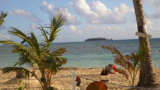 Decameron Aquarium : Plage publique avec vue sur Johnny Cay