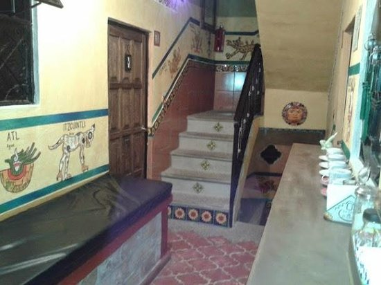 Hostel Casa de Dante: Escaleras bañadas de cultura.