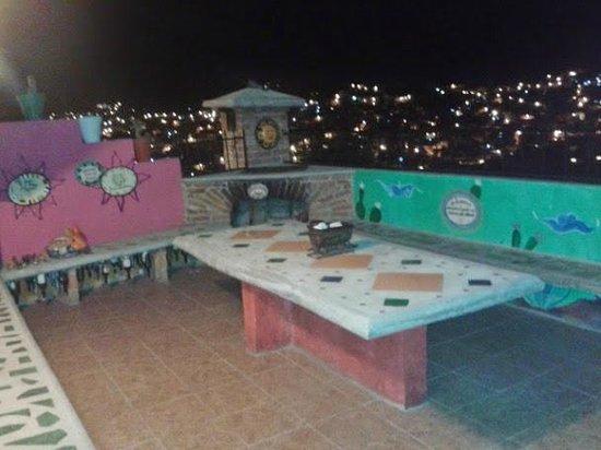 Hostel Casa de Dante: La terraza cuenta con lo indispensable para una noche inolvidable.