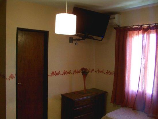 Hotel Castell: DORMITORIO, CON UN BUEN TV, ANTES NO TENIAS ESTOS ERAN COMUNES