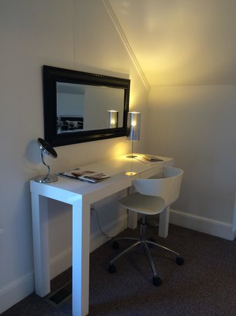 German Village Guest House : Room 3 desk/vanity