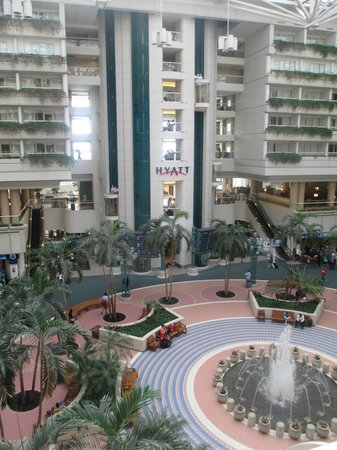 Hyatt Regency Orlando International Airport : The 'front' of the hotel. You can see its rectangle shape.