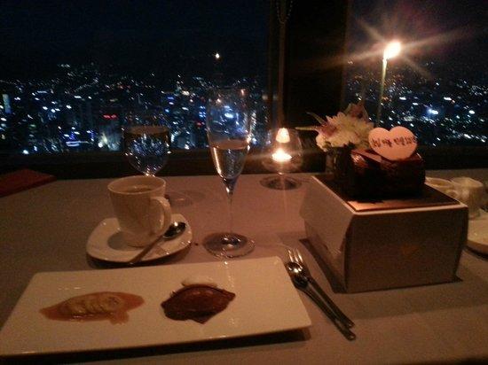 N Grill : 식사 후, 디저트로 나온 기념일 케잌과 커피. 그리고 서울 야경의 모습
