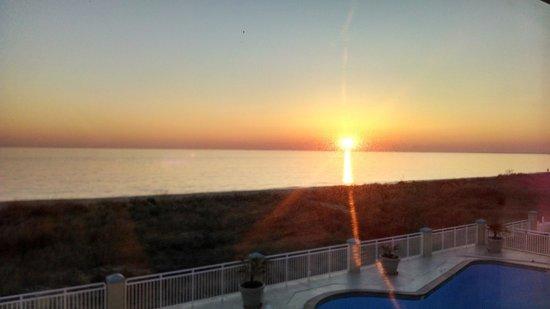 Best Western Plus Holiday Sands Inn & Suites: sunrise behind Chesapeake Bay Bridge